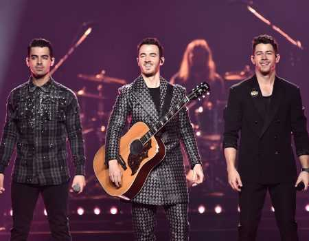 "Jonas Brothers fazem performance de  ""Only Human"" no AMA 2019"