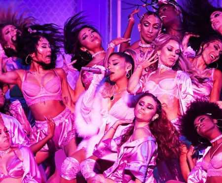 "GRAMMYs 2020: Ariana Grande faz performance ""imagine"", ""7 rings"" e ""thank U, next"""