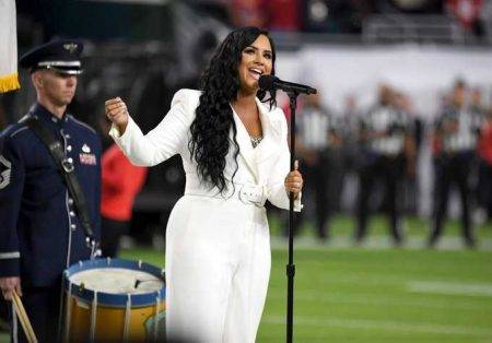 Demi Lovato faz performance do hino dos EUA no Super Bowl 2020
